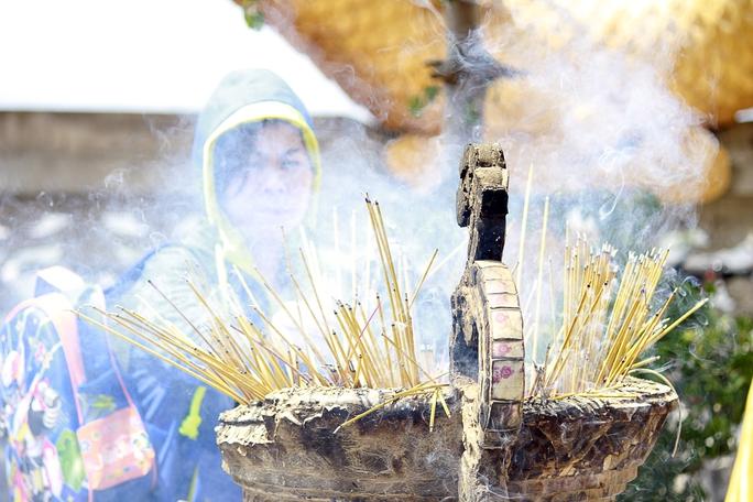 Những bệ nhang chật kín không còn chỗ để cắm nhang, khói bay khắp chùa