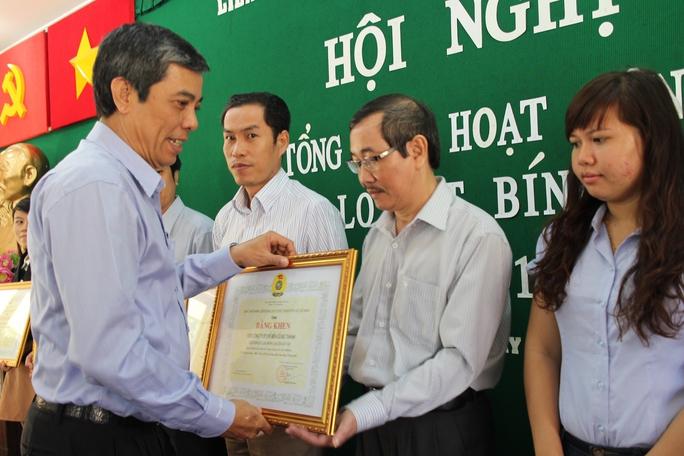 Ông Nguyễn Văn Khải, Phó Chủ tịch Thường trực LĐLĐ TP HCM, tặng bằng khen cho các đơn vị điển hình chăm lo Tết cho CNVC-LĐ