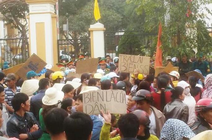 Người dân Sầm Sơn vây kín cổng Tỉnh ủy Thanh Hóa vào chiều ngày 3-3 để phản đối việc thu hồi bãi biển giao cho Tập đoàn FLC
