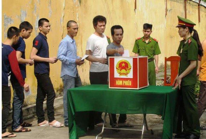 Tại trại tạm giam Công an tỉnh Thanh Hóa có 2 người bị bệnh nặng nhưng đã được cán bộ chiến sĩ của trại đưa xe tới bệnh viện đón về tổ bầu cử để bỏ phiếu