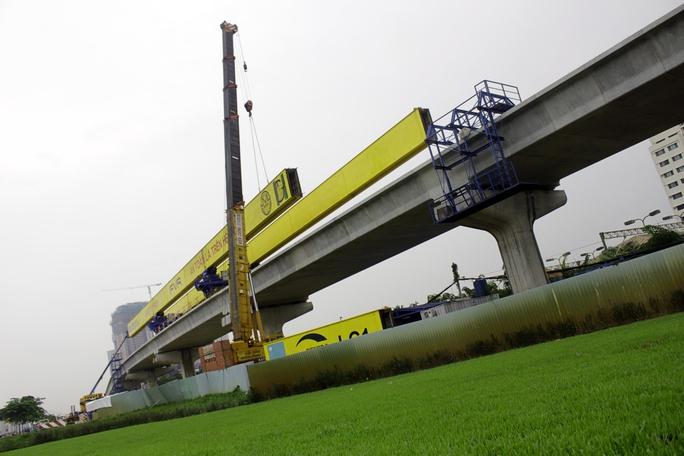 Các nhịp cầu của metro được thi công bằng biện pháp lao lắp trên hệ đà giáo di động. Mỗi nhịp cầu được lắp ráp từ 13 đốt dầm bao gồm 2 đỉnh trụ dài 1,7 m và 11 đốt giữa dài 2,8 m nặng gần 50 tấn.