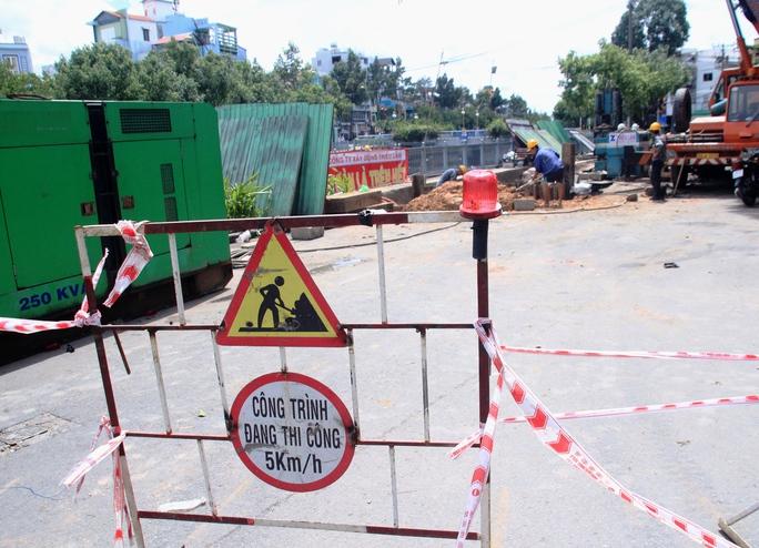 Theo kế hoạch của Sở Giao thông Vận tải TP, đến hết ngày 7-8, các đơn vị phải hoàn thành việc khôi phục mặt đường an toàn ở khu vực sụt lún và cho thông xe nên không khí làm việc ở công trường hết sức khẩn trương