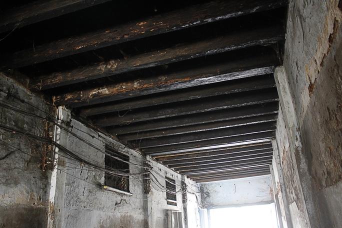 Những trần nhà được thiết kế bằng gỗ đã mối mọt và mục nát gần hết, khó có thể sửa chữa được.