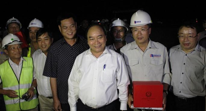 Thủ tướng tặng quà cho các đơn vị thi công