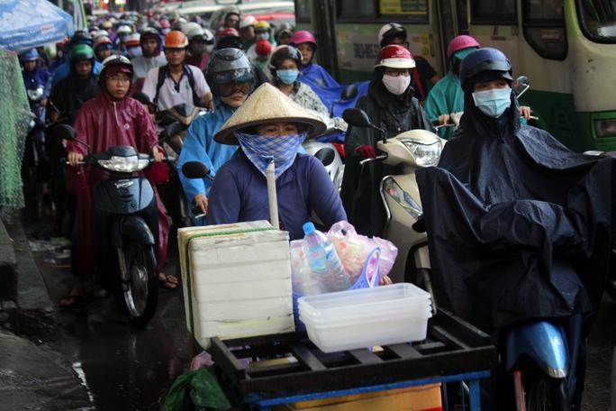 Người dân buôn bán nhỏ mệt mỏi vì vừa phải chen chúc, lại phải đạp chiếc xe nặng nề, lỉnh kỉnh đồ đạc.