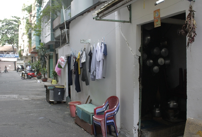 Thời gian gần đây, những hộ dân khu chung cư cũ Lý Văn Phức (phường Tân Định, quận 1, TP HCM) hết sức bất an. Những căn nhà nhỏ nơi họ sinh sống vốn đã rệu rã theo thời gian, nay lại chịu thêm sự tàn phá của những cây cổ thụ mọc trong nhà có thể sập bất cứ lúc nào.