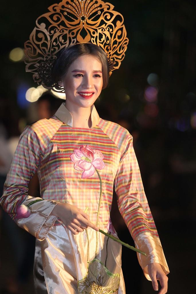 Trình diễn thời trang áo dài trên phố đi bộ Nguyễn Huệ