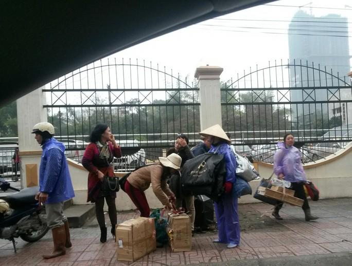 Cửu vạn xách hàng thuê qua cửa khẩu Móng Cái, tỉnh Quảng Ninh Ảnh: TRỌNG ĐỨC