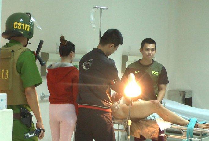 Cảnh sát 113 đưa các đối tượng bị thương trong vụ chém nhau giữa 2 băng nhóm tại Quy Nhơn đến bệnh viện cấp cứu Ảnh: ĐỨC ANH