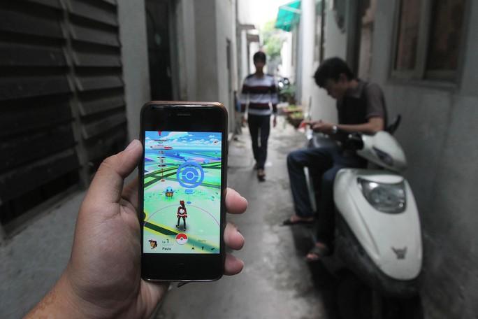 Một người chơi ở TP HCM đang săn tìm Pokémon Ảnh: HOÀNG TRIỀU