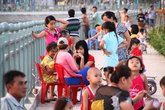Người dân dạo mát bên dòng Tân Hóa - Lò Gốm Ảnh: LÊ PHONG