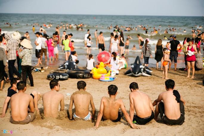 Từ đầu giờ chiều đến chập tối, dưới biển quá đông người, không có chỗ bơi thoải mái. Nhiều khách ở trên bờ nhiều hơn thời gian nhúng thân mình xuống nước.
