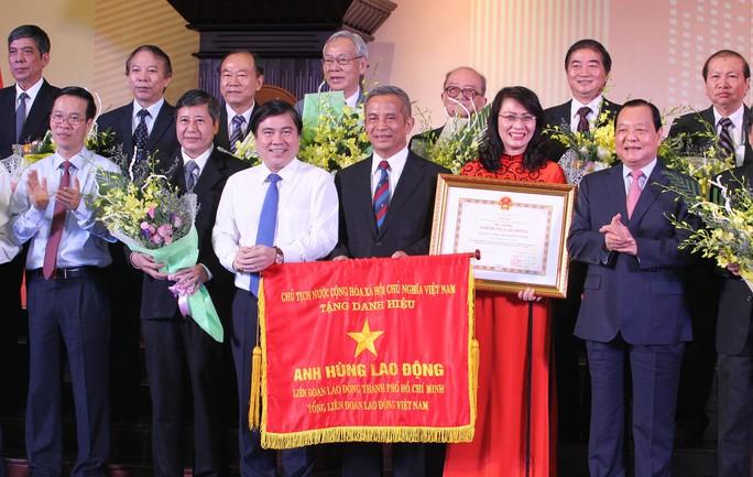Ông Lê Thanh Hải (bìa phải), Ủy viên Bộ Chính trị - Chỉ đạo Đảng bộ TP HCM, trao danh hiệu Anh hùng Lao động cho lãnh đạo LĐLĐ TP các thời kỳ Ảnh: HOÀNG TRIỀU