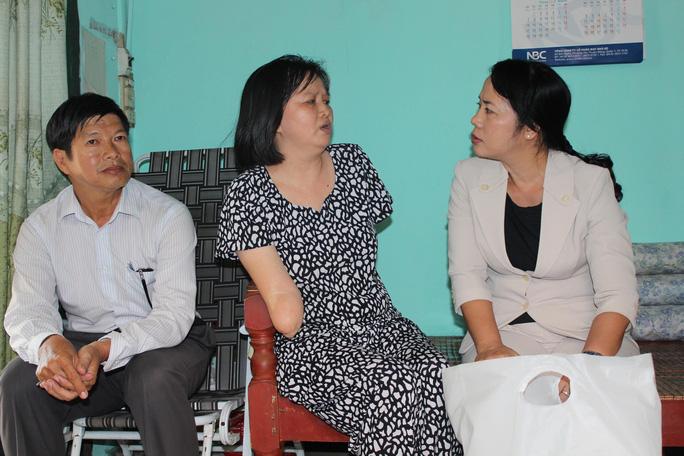 Bà Trần Kim Yến (bìa phải), Chủ tịch LĐLĐ TP HCM, thăm hỏi chị Đặng Thị Yến Ảnh: THANH NGA