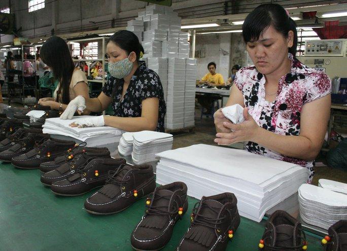Sự chủ động của Công đoàn cơ sở trong công tác thương lượng, giúp công nhân Công ty TNHH MTV Giày dép Vĩnh Phong ổn định thu nhập Ảnh: KHÁNH AN