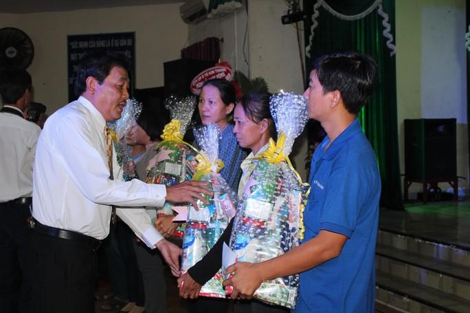 Ông Dương Văn Nhân - Chủ tịch LĐLĐ quận 11, TP HCM - tặng quà cho công nhân