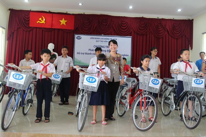 Bà Đinh Thị Thái Hiền, Trưởng Ban Tổ chức LĐLĐ TP HCM, trao xe đạp của CEP cho con của các thành viên khó khăn