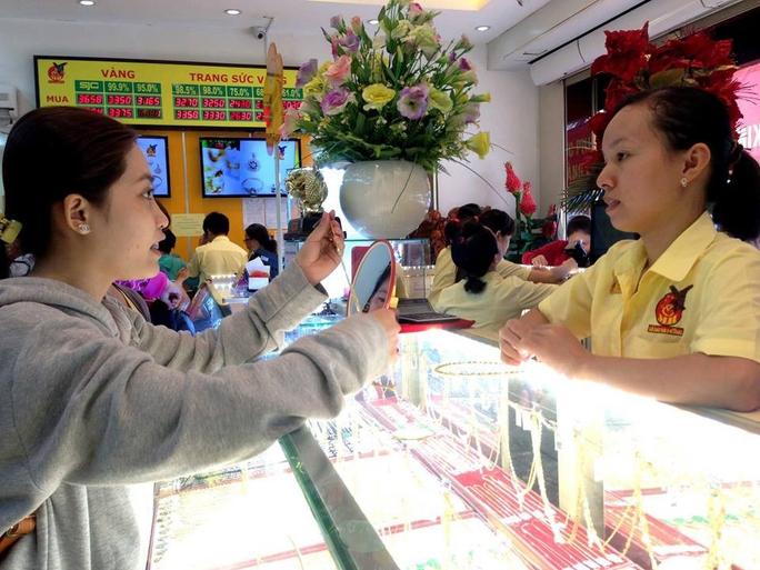 Nhân viên cửa hàng Công ty Mi Hồng (phải) tư vấn cho khách hàng