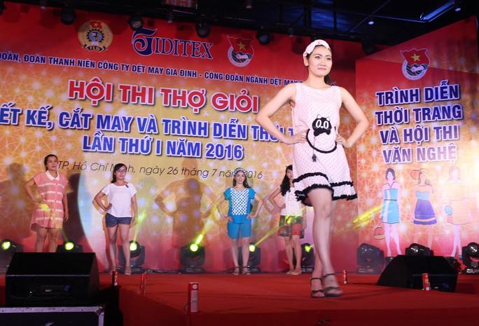 Các mẫu thời trang được trình diễn tại hội thi do Công đoàn Công ty Dệt may Gia Định tổ chức