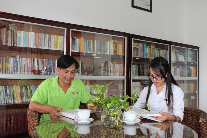 Công nhân Công ty Sản xuất Trà Hùng Phát đọc sách tại thư viện do Công đoàn cơ sở quản lý