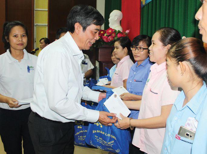 Ông Nguyễn Văn Khải, Phó Chủ tịch Thường trực LĐLĐ TP HCM, trao quà cho công nhân