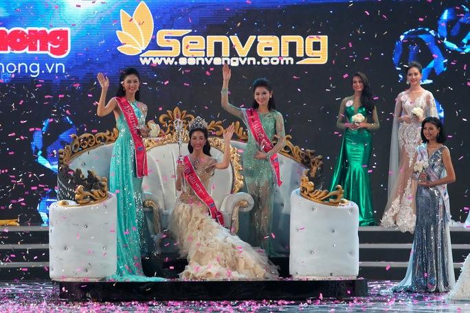 Hoa hậu Đỗ Mỹ Linh (giữa) và 2 Á hậu Ảnh: HOÀNG TRIỀU