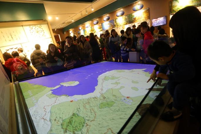 Rất đông người đứng xem bản đồ Việt Nam
