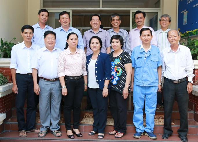 Lãnh đạo LĐLĐ TP HCM chụp ảnh lưu niệm với 9 thủ lĩnh Công đoàn đạt Giải thưởng 28-7 Ảnh: VĨNH TÙNG