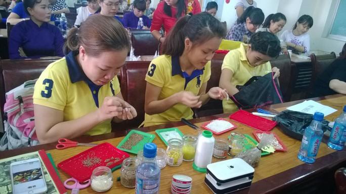 """CNVC-LĐ quận Tân Phú, TP HCM tại hội thi thiết kế trang sức, phụ kiện """"Kết nối yêu thương"""" Ảnh: MAI CHI"""