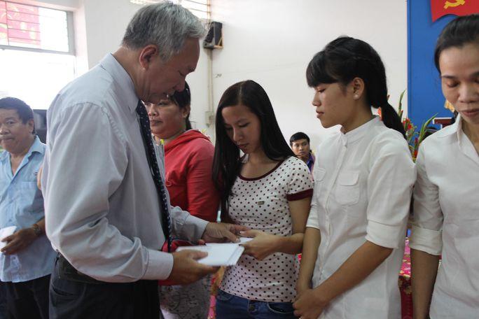 Ông Phạm Mạnh Tiến, Phó Chủ tịch Công đoàn Tổng Công ty Thương mại Sài Gòn, trao tiền hỗ trợ công nhân khó khăn trong dịp Tết Bính Thân