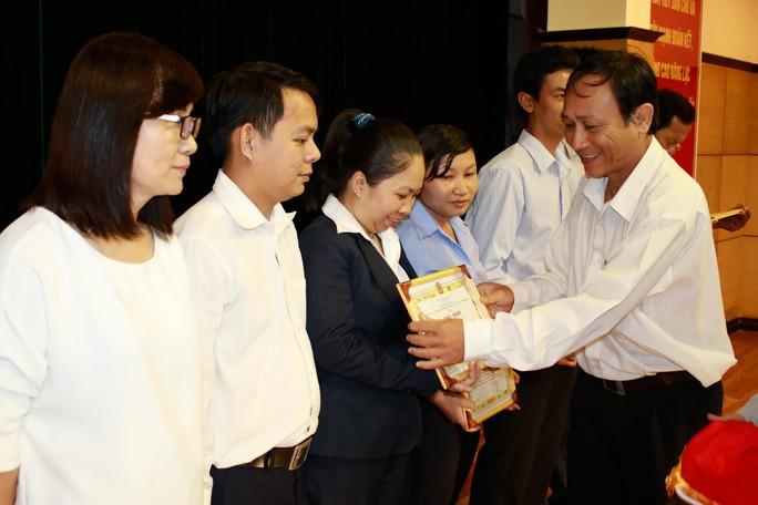 Ông Nguyễn Châu Nghĩa, Chủ tịch Công đoàn Tổng Công ty Cơ khí Giao thông Vận tải Sài Gòn, trao giấy khen cho các cá nhân điển hình học tập Bác Hồ