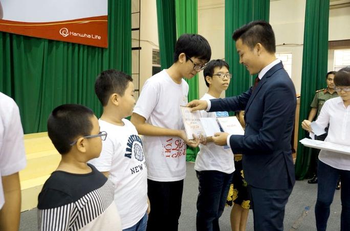 Đại diện Công ty Hanwha Life trao học bổng cho học sinh khó khăn ở tỉnh Bình Định