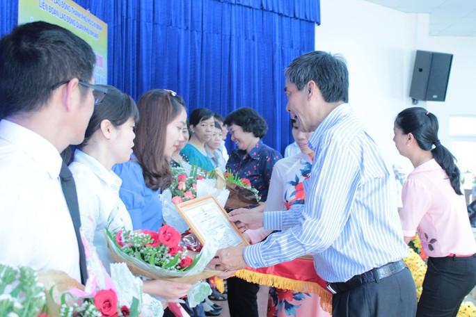 Ông Nguyễn Văn Khải, Phó Chủ tịch Thường trực LĐLĐ TP HCM, trao giấy khen cho Công đoàn cơ sở có thành tích tốt