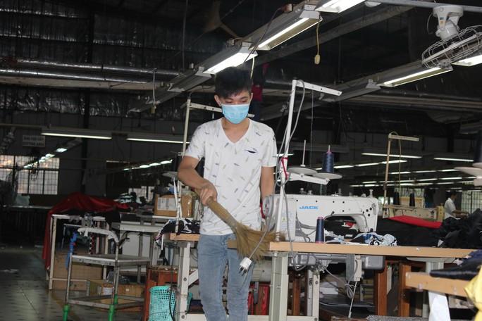 Công nhân Cụm Công nghiệp Thạch Bình làm vệ sinh nhà xưởng, máy móc