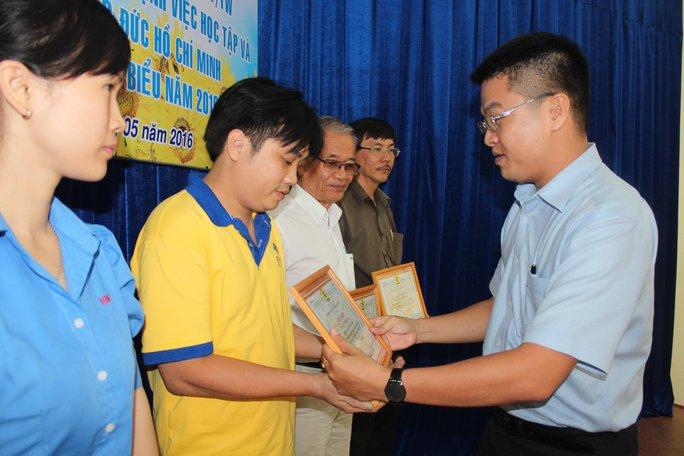 Ông Cao Văn Thăng - Chủ tịch LĐLĐ quận Phú Nhuận, TP HCM - trao giấy khen cho cá nhân điển hình