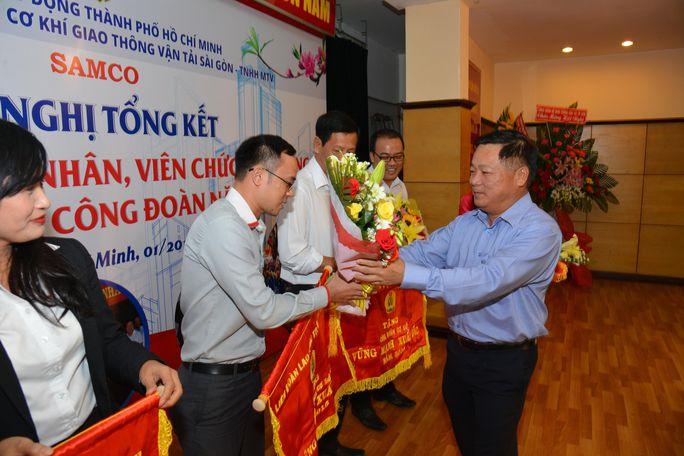 Ông Nguyễn Hồng Anh - Bí thư Đảng ủy, Chủ tịch HĐTV SAMCO, trao cờ thi đua cho các tập thể xuất sắc