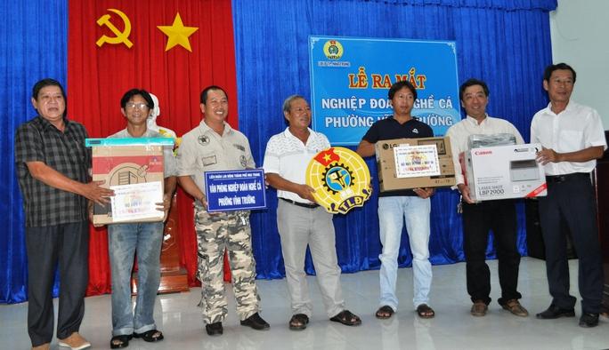 Lãnh đạo LĐLĐ tỉnh Khánh Hòa và TP Nha Trang trao tặng trang thiết bị cho Nghiệp đoàn Nghề cá Vĩnh Trường