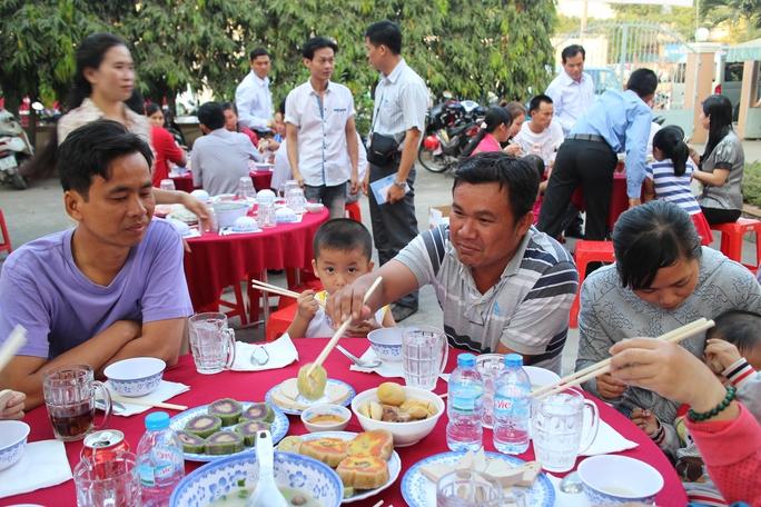 Công nhân dùng bữa cơm cuối năm do LĐLĐ quận 9, TP HCM tổ chứcẢnh: HỒNG ĐÀO