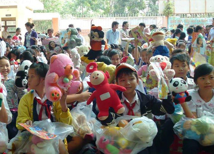 Niềm vui của các em Trường Tiểu học Võ Văn Vân, huyện Bình Chánh, TP HCM khi nhận thú bông