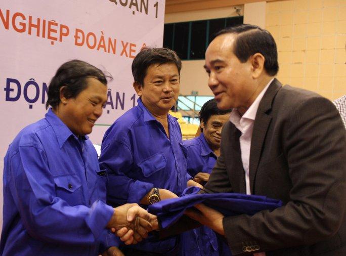 Đại diện Head Honda Sơn Minh tặng áo cho đoàn viên Nghiệp đoàn Xe ôm quận 1, TP HCM