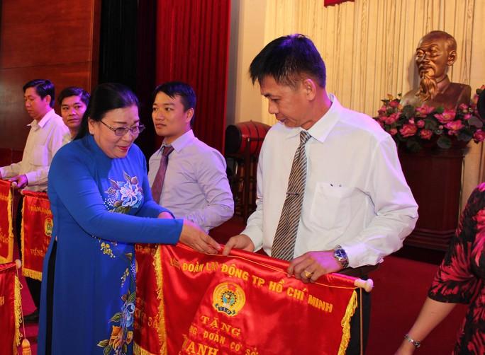 Bà Nguyễn Thị Bích Thủy, Phó Chủ tịch LĐLĐ TP HCM, trao cờ thi đua xuất sắc cho các tập thể