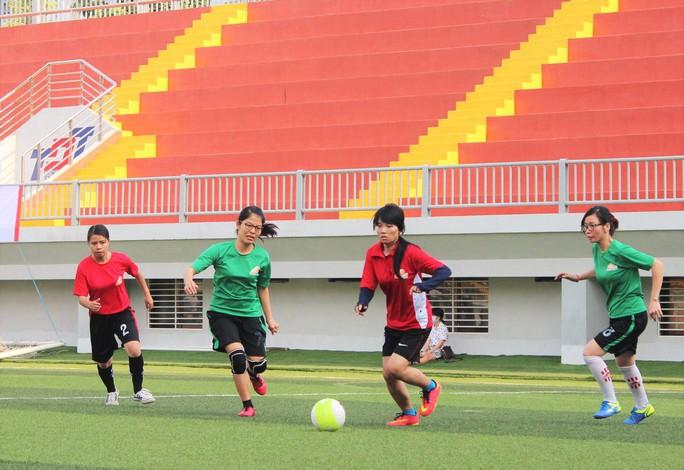 Các cầu thủ đội bóng đá nữ Báo Người Lao Động và Trường ĐH Mở TP HCM trong ngày khai mạc hội thao