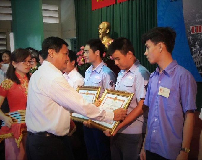 Trao thưởng cho thí sinh đoạt giải nhất kỳ thi tay nghề trẻ