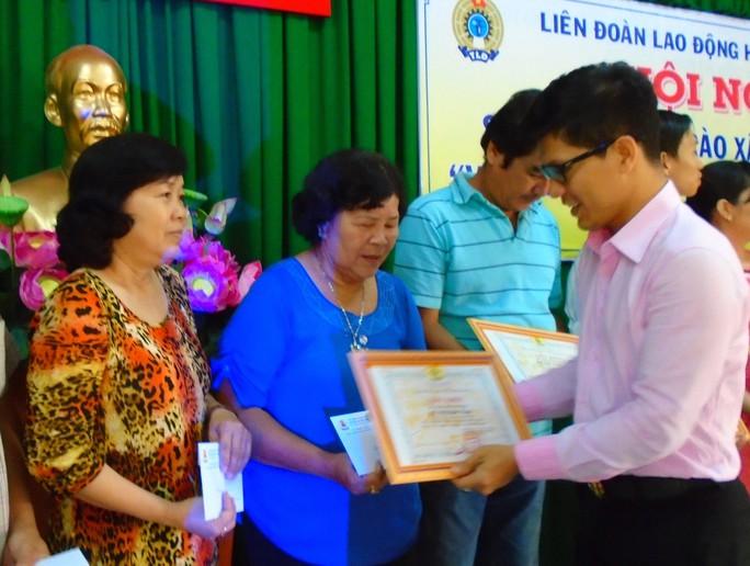 Ông Nguyễn Mai Huy, Phó trưởng Ban Tuyên giáo LĐLĐ TP HCM, trao bằng khen cho các cá nhân, tập thể xuất sắc