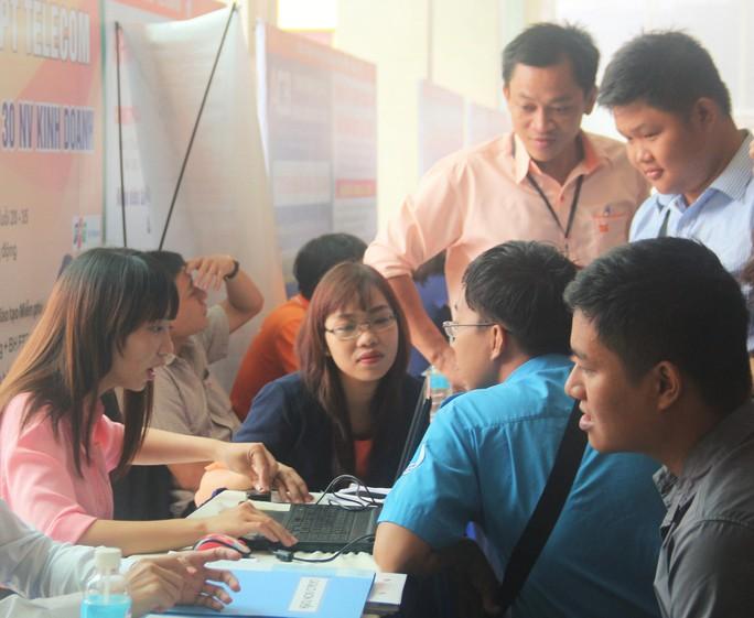 Người lao động được tư vấn việc làm tại sàn giao dịch