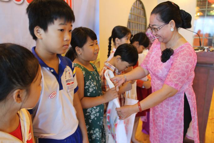 Bà Nguyễn Thị Thu Thảo - Phó Ban Nữ công, LĐLĐ TP HCM - trao học bổng cho con CNVC-LĐ khó khăn