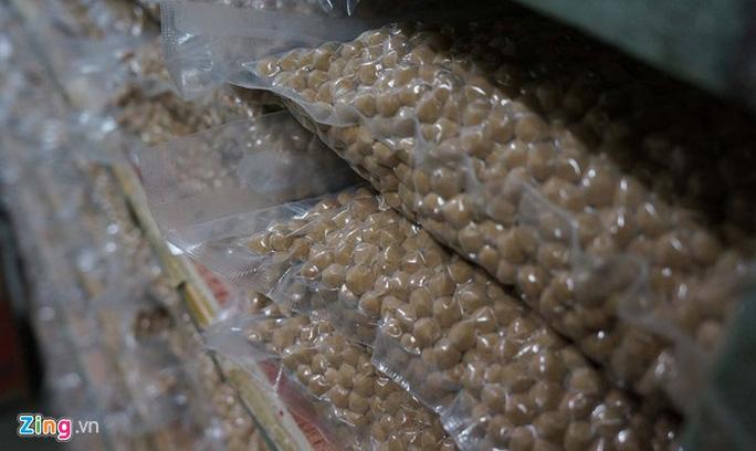 Hạt trân châu qua sơ chế được đóng gói chờ mang đi tiêu thụ.