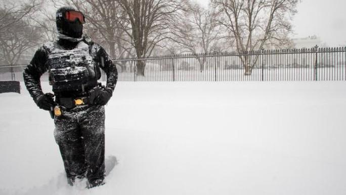 Đứng bảo vệ bên ngoài Nhà Trắng bất chấp tuyết. Ảnh: AP