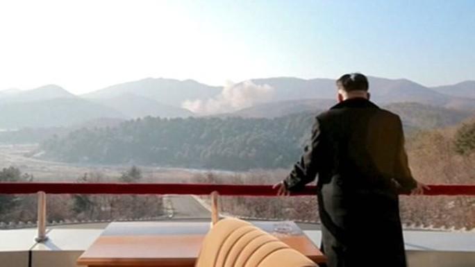 Lãnh đạo Kim Jong-un xem vụ phóng tên lửa. Ảnh: Reuters