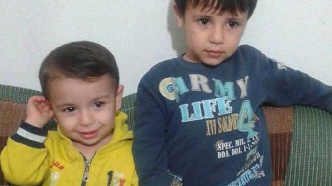 Bé Aylan Kurdi (trái) và anh trai Galib. Ảnh: AP